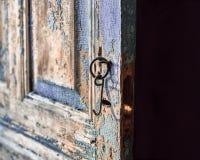 En närbild av den gamla sjaskiga dörren arkivbild