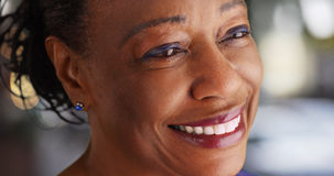 En närbild av en äldre svart kvinna som ser in i avståndet arkivfoton