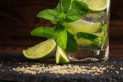 En närbild av en mojitococtail på en träbakgrund Grön mintkaramell och ny limefruktmojito Uppfriskande alkoholdrinkar kopiera avs Royaltyfri Bild