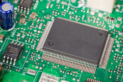 En närbild av mikrochipens på moderkortet Arkivbilder