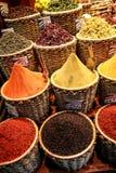 En närbild av orientaliska kryddor hällde in i vide- korgar Arkivfoto