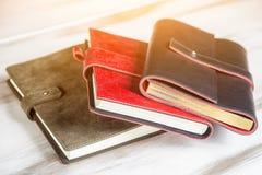 En närbild av tre läderdagböcker arkivbilder