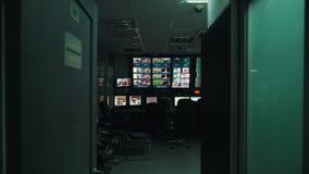 En närbild för TVkontrollrum stock video