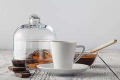 En närbildsikt av en mycket liten kopp av espresso och den torkade apelsinen Arkivfoton