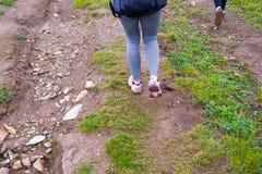 En närbildsikt av en idrottskvinna som promenerar en bana med gr arkivfoton