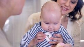 En närbildsikt på ett litet barn som spelar med en leksak i ett doktorskontor lager videofilmer