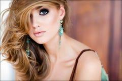 En närbildstående av den sexiga blonda flickan Arkivfoto