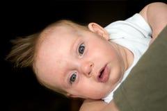 En nästan fyra gammal månad behandla som ett barn flickan på pappans arm Arkivfoton