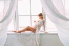 En nätt gravid kvinna royaltyfria foton