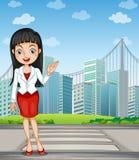 En nätt kvinna som framlägger de högväxta byggnaderna Royaltyfri Fotografi