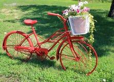 En nätt röd cykel och korg Royaltyfri Bild