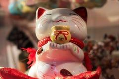 En nätt vit kinesisk kattleksak royaltyfri fotografi