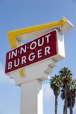 En-n-hacia fuera muestra de la hamburguesa con un fondo del azul de cielo Imagen de archivo libre de regalías
