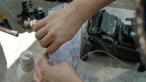 En n?tverkstekniker arbetar med utrustning f?r optisk fiber arkivfilmer