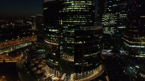 En nattantenn sköt av skyskrapor av MoskvaInternationalaffärscentrumet lager videofilmer