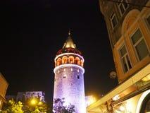 En nattetidsikt av det Galata tornet i Istanbul, Turkiet Fotografering för Bildbyråer