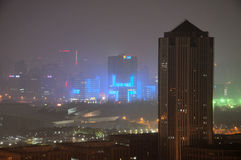 En nattetidsikt av Pudong Shanghai Arkivbilder
