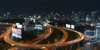 En nattetidsikt av upptagna vägar i centrala Bangkok Arkivbilder