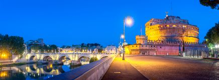 En nattpanorama av Castel Sant 'angelo och en bro över den Tiber floden royaltyfria foton