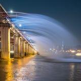 En nattsikt av den Banpo bron, Seoul stad med regnbågespringbrunn S Royaltyfri Foto
