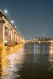 En nattsikt av den Banpo bron, Seoul stad med regnbågespringbrunn S Arkivfoton