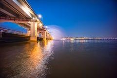 En nattsikt av den Banpo bron, Seoul stad med regnbågespringbrunn S Royaltyfri Fotografi