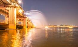 En nattsikt av den Banpo bron, Seoul stad med regnbågespringbrunn S Royaltyfri Bild