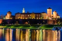 En nattsikt av den Wawel slotten Fotografering för Bildbyråer