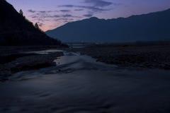 En nattsikt av flugsmällafloden Arkivfoton