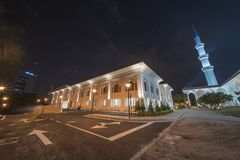En nattsikt på den blåa moskén, Shah Alam, Malaysia arkivbilder