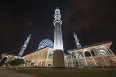 En nattsikt på den blåa moskén, Shah Alam, Malaysia Royaltyfri Foto