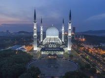 En nattsikt på den blåa moskén, Shah Alam, Malaysia Royaltyfri Bild
