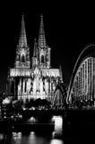En nattvision av den Cologne domkyrkan Royaltyfri Bild