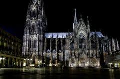 En nattvision av den Cologne domkyrkan Arkivfoto