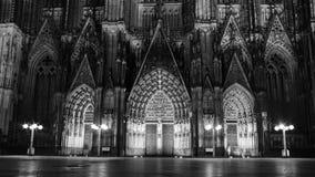 En nattvision av den Cologne domkyrkaporten Royaltyfri Bild