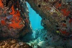 En nedanför passage vaggar den undervattens- medelhavet royaltyfri foto