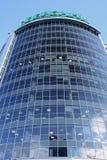 En nedersta sikt av den spegelförsedda byggnaden av att bearbeta mitten av den Sberbank huvudkontoret på bakgrunden av molnig him Royaltyfri Fotografi