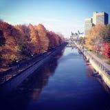 En nedgångdag i Ottawa, Kanada som förbiser den Rideau kanalen på th fotografering för bildbyråer