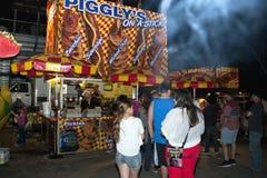 Utomhus- karnevalfestivalmedgivanden på natten Arkivfoto