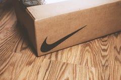 En Nike ask på golvet arkivbild