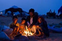 En nomadfamilj på den Pushkar kamelmässan, Rajasthan, Indien Royaltyfri Fotografi