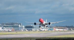 En norsk flygbolagnivå tar av från den London Gatwick flygplatsen, med strålen tvättar w arkivbild