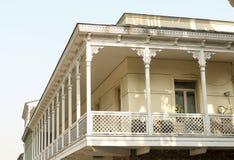 En nostalgiker och en listade balkong eller oriel med sned prydnader royaltyfri fotografi