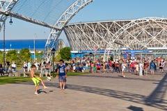 En nouveau parc devant le jeu d'enfants établi de stade avec Photo stock