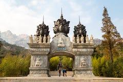 En noviembre de 2015 - Qingdao, China - arcada tallada hermosa en la entrada del templo de Huayan en Na Luo Yan Ku, montaña de La Foto de archivo