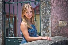 En nätt ung kvinna som går i Lisbon Royaltyfri Foto