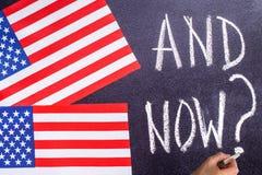 En nu op het schoolbord en de vlag van de V.S. Royalty-vrije Stock Fotografie