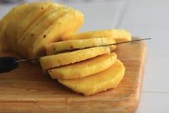 En ny ananas som skivas in i rundor fotografering för bildbyråer