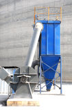 En ny blått dammar av samlaren med elkraft bearbetar med maskin Arkivbilder