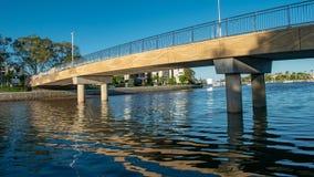 En ny cirkulering och en fot- bro i Mooloolaba, Australien royaltyfri bild